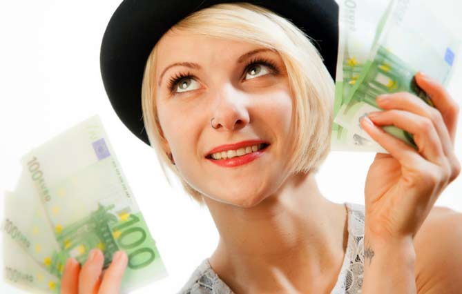 frau-mit-viel-geld