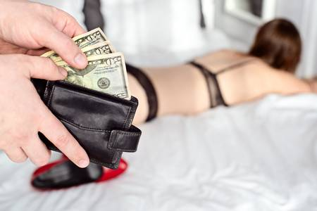 51997945-el-hombre-paga-a-una-prostituta-con-dólar-americano-dinero-concepto-prostituta