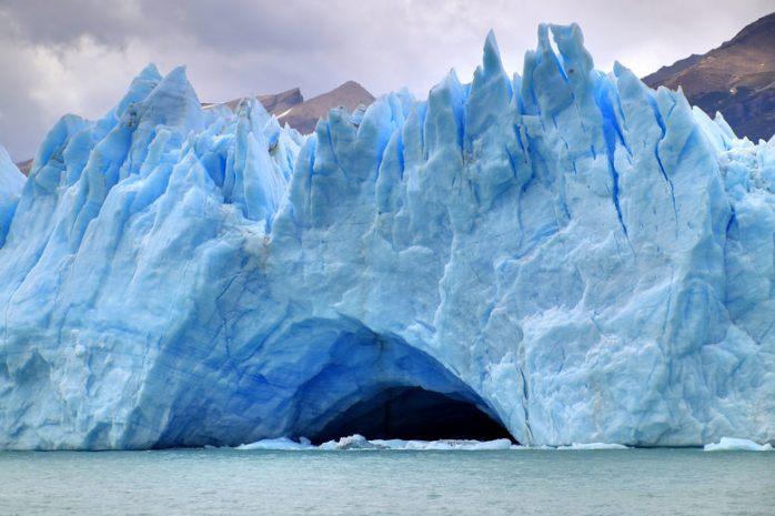 2048px-153_-_Glacier_Perito_Moreno_-_Grotte_glaciaire_-_Janvier_2010